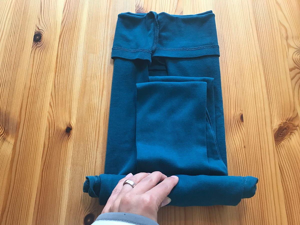 Rolltechnik 3: T-Shirt umdrehen und vom Kragen her nach unten aufrollen