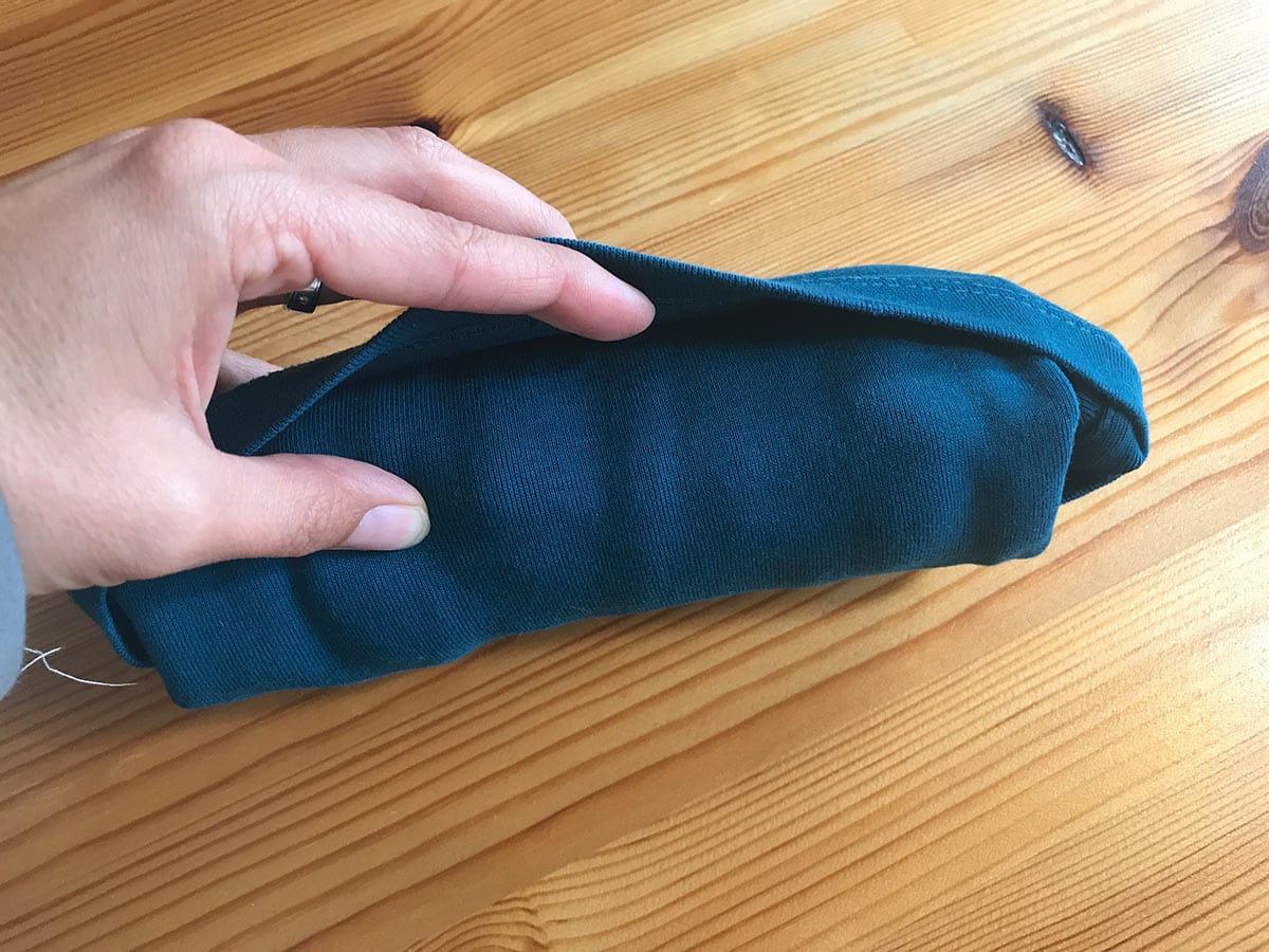 Rolltechnik 6: Das T-Shirt verschwindet im umgekrempelten Teil, der alles beisammen hält.