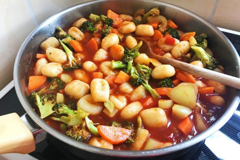 Backpacker Rezepte zum Reisen: Vegane Gnocchi-Gemüse Pfanne